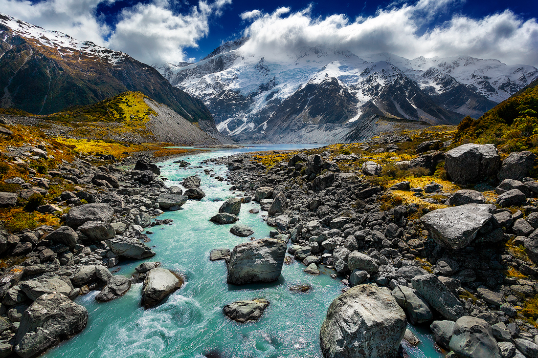 The first river crossing on the Hooker Valley hike towards Mount Cook